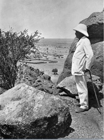 Henry Wellcome surveying the excavation. Courtesy Wellcome Collection.